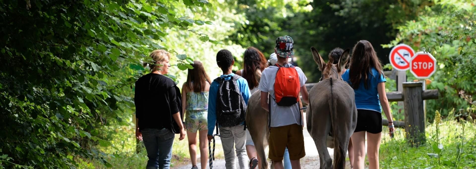 Enfants en randonnée sur la voie verte