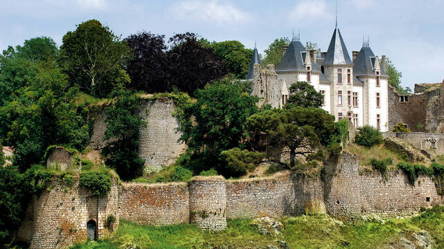 Vue sur les remparts du Château de Bressuire
