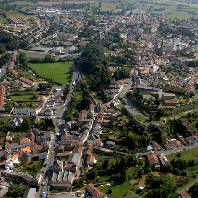 Mauléon, Petite Cité de Caractère et Village étape aux portes du Puy du Fou PWall/CD79