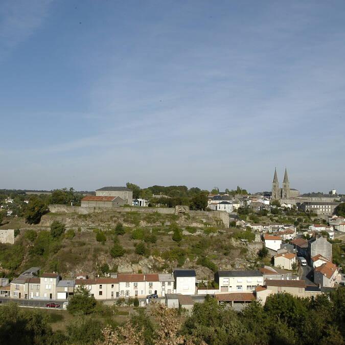 Vue des remparts du château à Mauléon @PWall/CD79